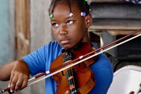 niña-violin-haiti